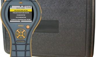 Arids besiktningsmän mäter fukten med en s.k. Protimeter från General Electric.