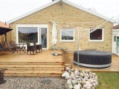 Villa med uppvuxen trädgård